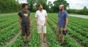 Trois agriculteurs, dont Philippe Jaunet au centre, alerte les autorités, les élus et le public sur le manque d'eau à venir.Photo : ©MD.Guihard/Pixel6TM
