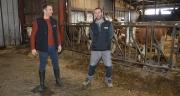 Mickael Vuillemin (à d.) est suivi par Benjamin Mathieu, conseiller à la CDA 88, qui accompagne les agriculteurs et groupes d'agriculteurs vers la certification HVE. ©H.Flamant/Terroir Est