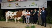Olivier Le Gall installé avec sa mère au Gaec Montbelys (Ille-et-Vilaine) a remporté le prix de grande championne avec sa vache Eclipse. Crédit photo : N. Tiers/Pixel Image.