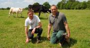 Pierre-Luc Pavageau (à droite) et Maxime Gravaud, troisième associé du Gaec des Marzelles depuis le 1er avril 2015. Photo : N. Tiers/Pixel image