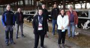 Pour les associés du Gaec Rio (ici entourés des représentants de la Safer et du Crédit Agricole en Bretagne), le portage foncier a permis de sécuriser le foncier stratégique à proximité des bâtiments. ©DR