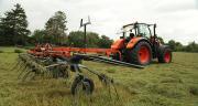 Le constructeur japonais Kubota à présenté une nouvelle gamme de tracteurs de 130 à 170 chevaux, mais également toute une large gamme de matériel allant de la fenaison au travail du sol, en passant par la protection des cultures.
