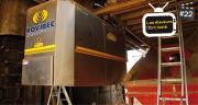 Suspendu à son rail, le robot d'alimentation Rovibec achemine neuf fois par jour une ration fraîchement préparée aux 80 vaches laitières de l'exploitation. M. Lecourtier/Pixel image