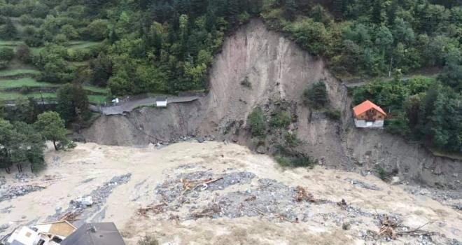 Toutes les routes d'accès entre Tende et Breil sont notamment détruites. Dans la vallée de la Roya, remettre en état les routes prendra plusieurs mois. CP : Twitter @sdis_06