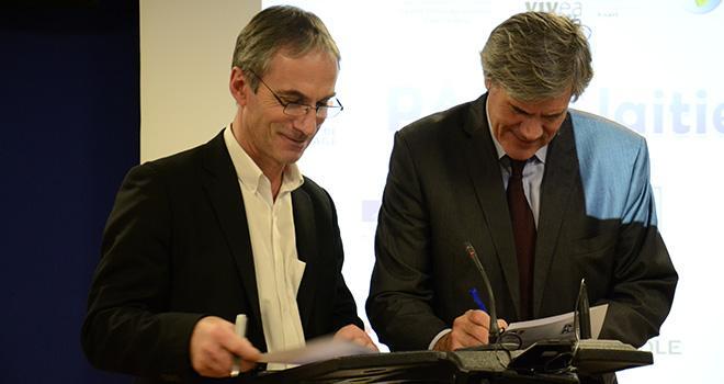 Thierry Roquefeuil et Stéphane Le Foll ont signé hier le Pacte laitier. Photo : A.Cotens/Pixel image