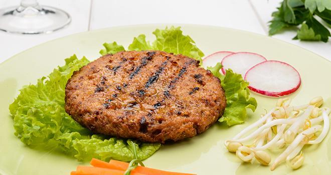 """""""Les dénominations « steak », « aiguillettes » et  nuggets » sont désormais réservées aux produits carnés"""", rappellent les interprofessions Anvol, Inaporc et Interbev. ©Studio Gi/AdobeStock"""