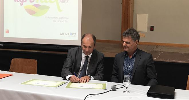 Michel Coqué (Agrimax) et Fabrice Berthon (Sommet de l'Élevage) signent une collaboration stratégique. Photo : C.Lamy/Pixel Image