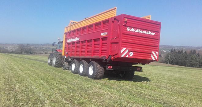 L'autochargeuse qui permet de récolter et transporter l'herbe au séchoir a été financé en partie grâce à des aides attribués au GIEE Alumé