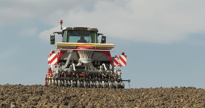 L'Aerosem ADD PCS de Pöttinger possède des distributeurs individuels de semences sont fixés sous la trémie.