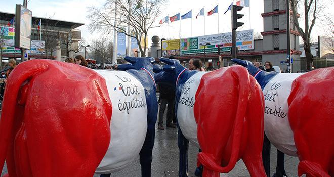 Une action de promotion du lait équitable FaireFrance s'est tenue aux portes du Salon de l'agriculture. Ce lait apporte une plus-value de 10 centimes/litre aux producteurs.