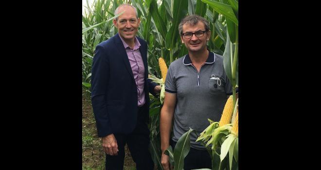 Patrice Goasmat, directeur Farmsaat France (à gauche), et Jean-Marc Dubot, agriculteur-partenaire à Guégon (56). CP : DR