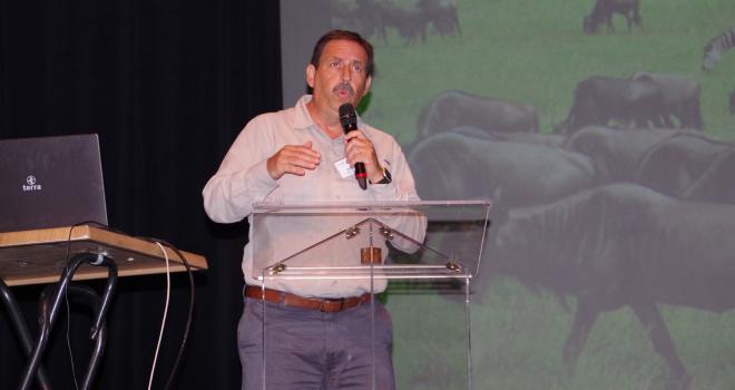 Paulo C. de F. Carvalho, chercheur de l'université de Rio Grande au Brésil, a exposé ses recherches sur la production fourragère et sur le pâturage tournant dynamique. CP : DR.