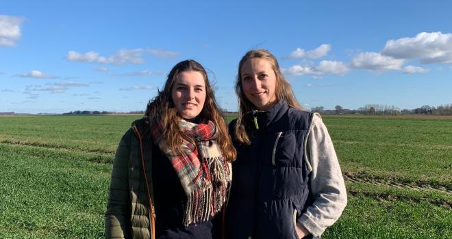 Chloé Tinel et Inès Vecten ont développé Agriliant. Des liens biodégradables et comestibles par les animaux pour le pressage des ballots. CP : Chloé Tinel