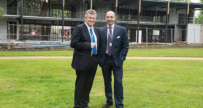 Thierry Blandinières, directeur général du Groupe InVivo et Hubert de Roquefeuil, Président d'InVivo NSA devant le chantier de la Maison de l'innovation. Photo : DR