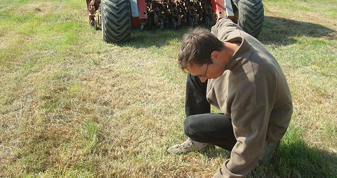 Il faut vérifier fréquemment la profondeur de semis. Photo : DR