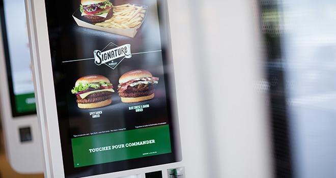 Le succès de ses sandwiches haut de gamme « Signature by McDonald's » pousse la chaîne de restauration rapide à miser sur la viande charolaise. Photo : Julien Lutt/CAPA Pictures