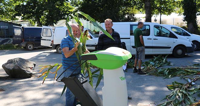 Durant ces rencontres, les conseillers d'élevage réalisent sur place des analyses matière sèche individuelles du maïs en vert grâce aux analyseurs AgriNIRTM. CP : BCEL Ouest