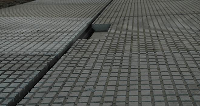 La surface des dalles de bien-être W5 est parcourue de petits canaux qui permettent d'évacuer les jus vers le milieu du couloir où une gouttière incorporée permet d'écouler les urines en bout de bâtiment. Photo : H.Grare/Pixel Image